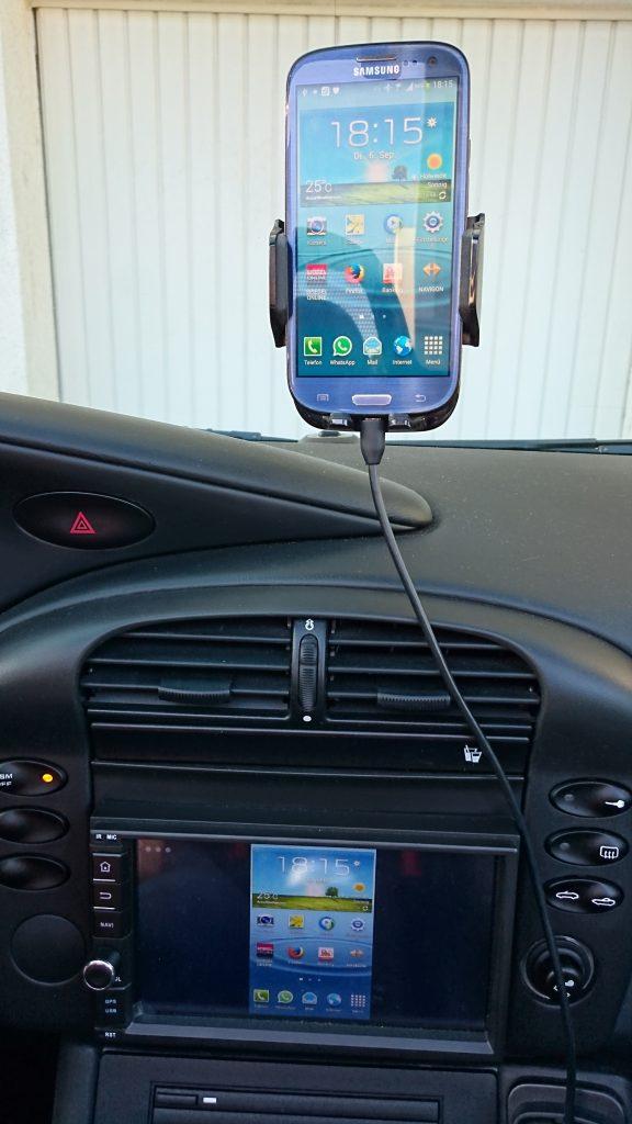 Das Bild des Smartphones wird am Autoradio angezeigt